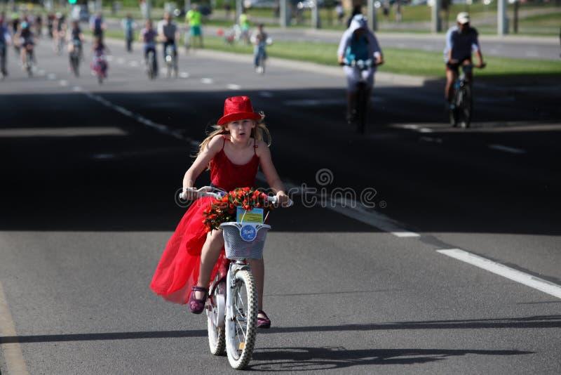 Participantes en el paseo anual del carnaval de los ciclistas a lo largo de la avenida de Pobediteley imagen de archivo libre de regalías