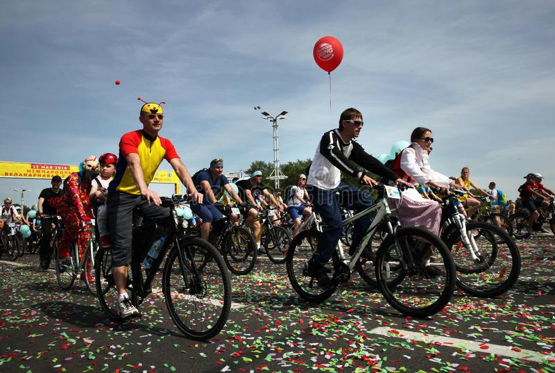 Participantes en el paseo anual del carnaval de los ciclistas a lo largo de la avenida de Pobediteley fotografía de archivo libre de regalías