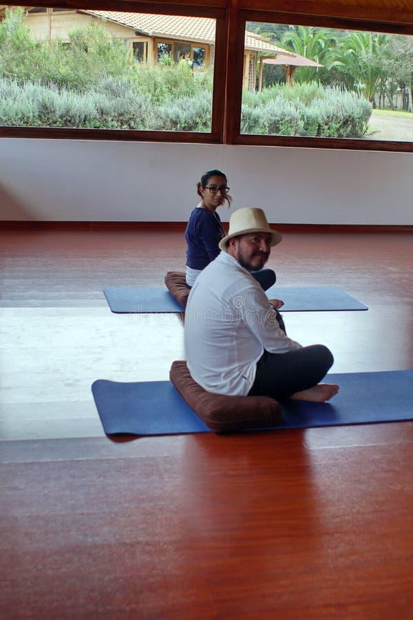 Participantes en una clase de la yoga imagen de archivo libre de regalías