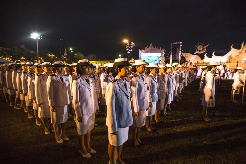 Participantes não identificados na celebração do 87th aniversário do rei Bhumibol Adulyadej de Tailândia imagem de stock