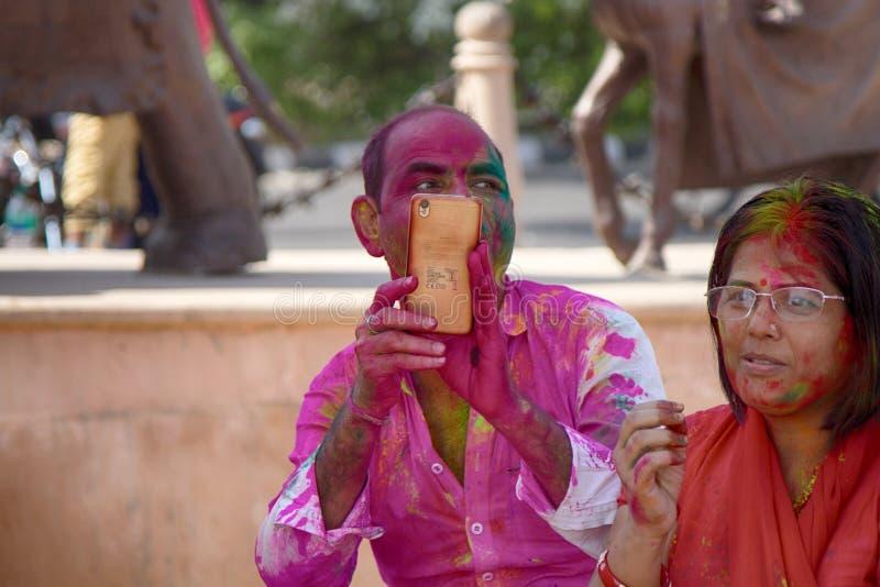 participantes na celebração do festival santamente de Holi foto de stock