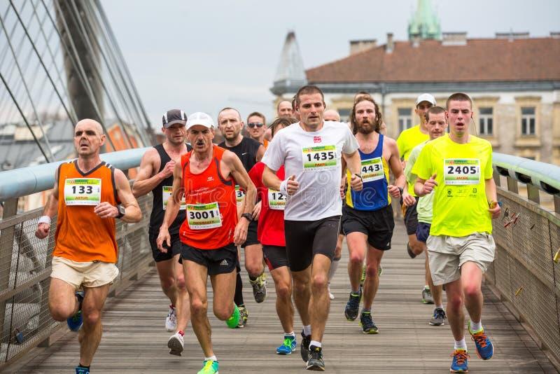 Participantes no identificados durante el maratón anual del international de Kraków imagenes de archivo