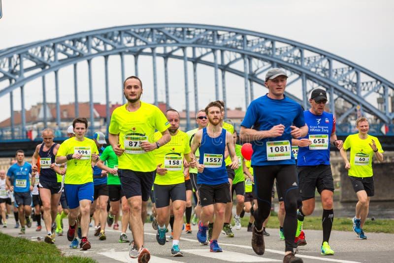 Participantes no identificados durante el maratón anual del international de Kraków imagen de archivo