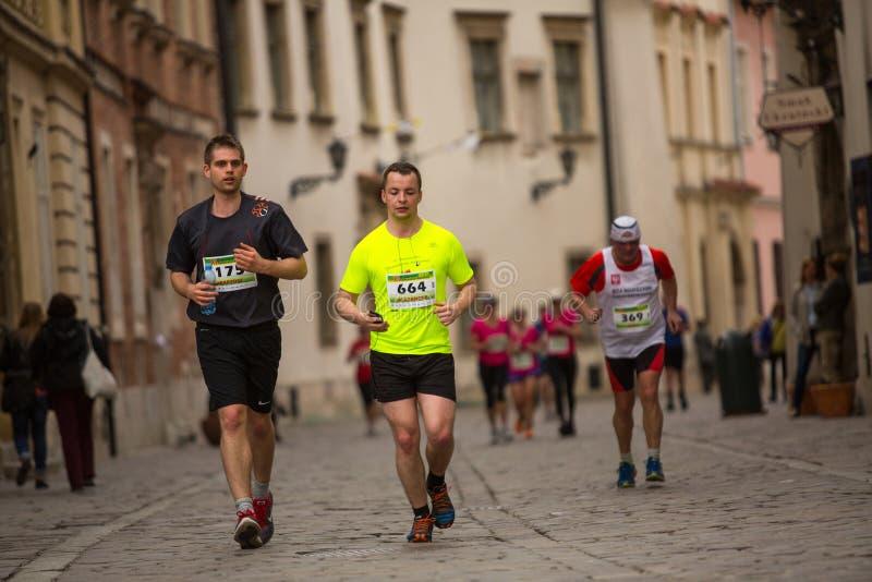 Participantes no identificados durante el maratón anual del international de Kraków foto de archivo