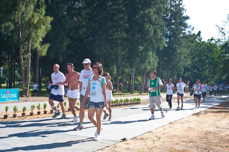 Participantes que terminam a maratona imagens de stock