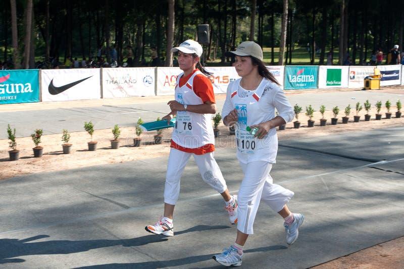 Participantes que terminam a maratona de 5km fotografia de stock