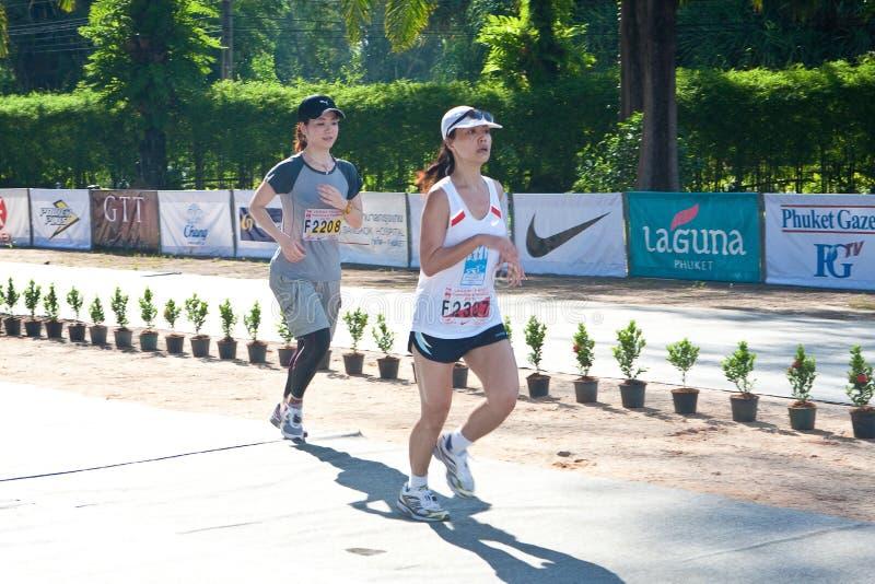 Participantes que terminam a maratona de 5km foto de stock royalty free