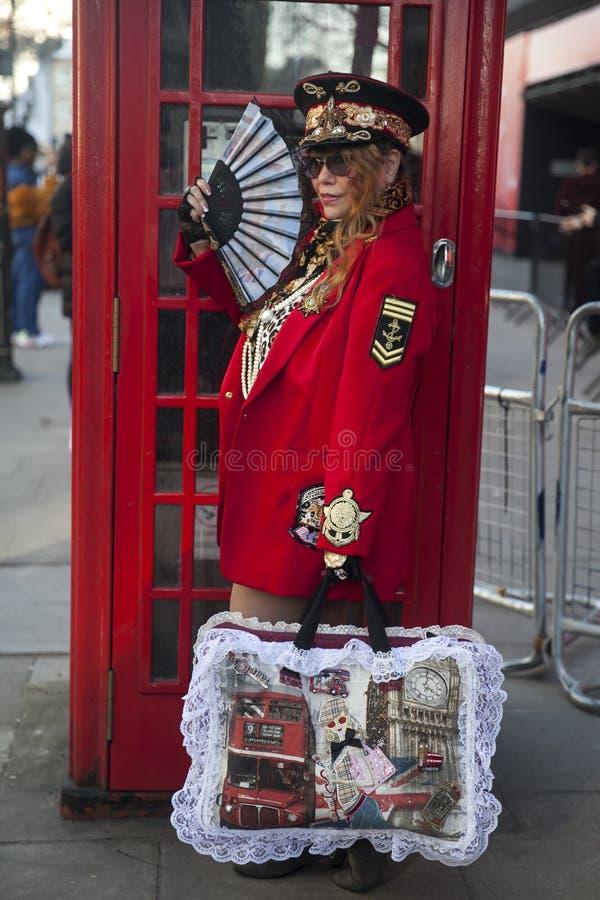 Participants élégants recueillant en dehors de 180 le brin pour Fashion Week de Londres photos libres de droits