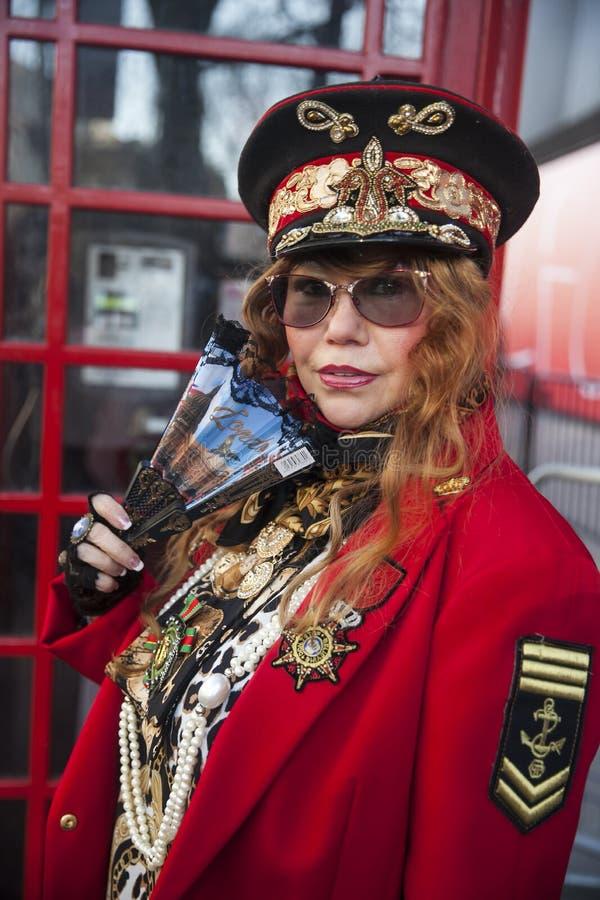 Participants élégants recueillant en dehors de 180 le brin pour Fashion Week de Londres photos stock