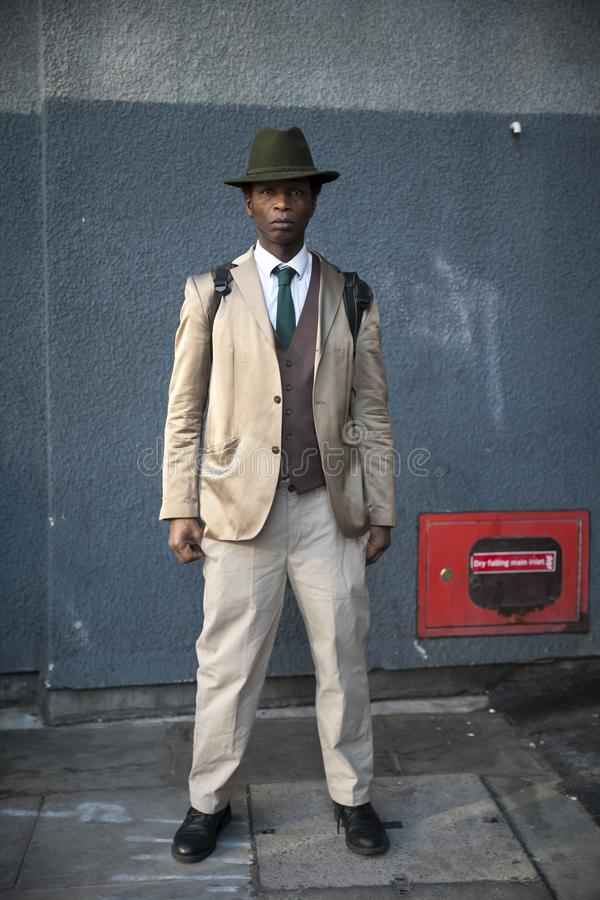 Participants élégants recueillant en dehors de 180 le brin pour Fashion Week de Londres images stock