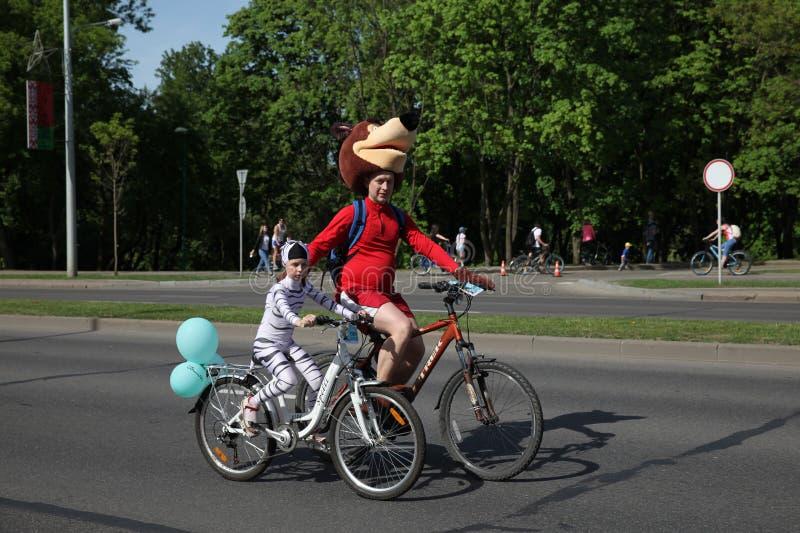 Participants au tour annuel de carnaval de cyclistes le long de l'avenue de Pobediteley image stock