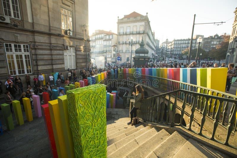 Participants d'action d'air ouvert l'effet de domino, au centre de la vieille ville, près de la gare ferroviaire photographie stock
