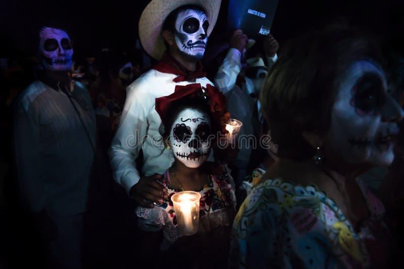 Participants de Customed du défilé avec le maquillage de crâne et des bougies au défilé pour dias de los muertos au DES Las A de  photo stock