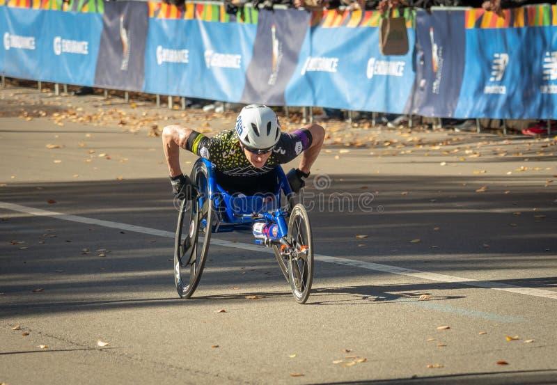 Participants de division de fauteuil roulant pendant le marathon annuel de New York City photo libre de droits