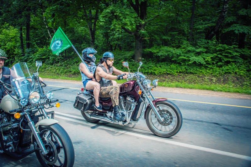 Participants de recyclage de course de cycle image stock