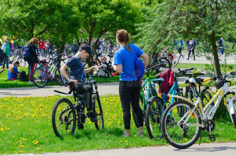 Participants de tour de masse de vélo de ressort, consacrés à s'ouvrir de la saison de recyclage 2019, après fin d'événement dans image libre de droits