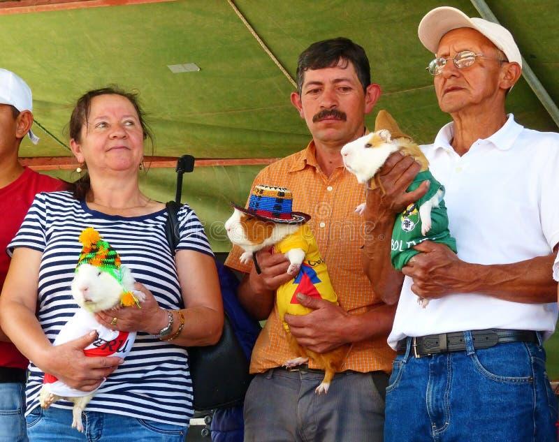 Participants du festival cuy international de nourriture avec des cobayes, Equateur photo stock