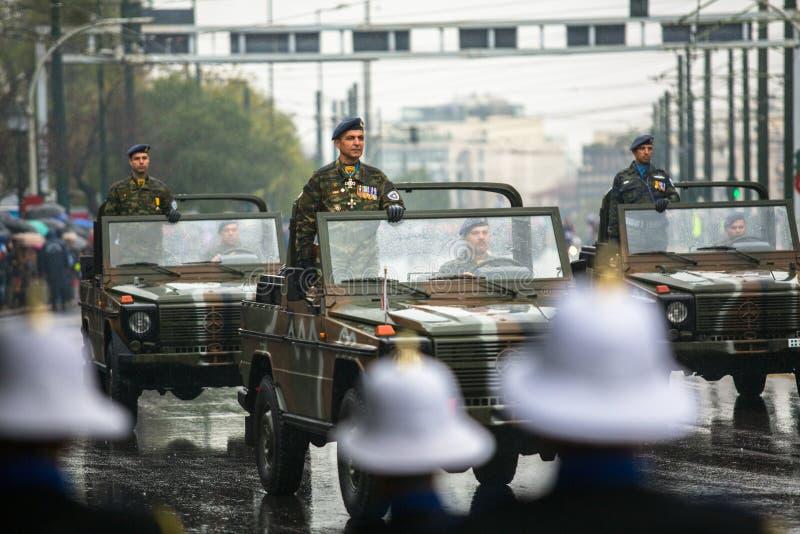 Participants et équipement militaire pendant le défilé militaire aux vacances nationales photo libre de droits