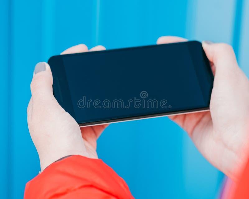 Participation de femme et à l'aide du téléphone intelligent photographie stock libre de droits