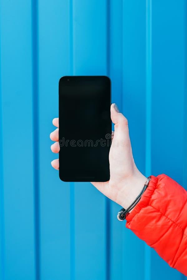 Participation de femme et à l'aide du téléphone intelligent image libre de droits