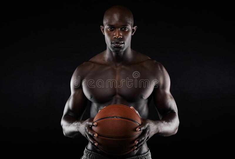 Participation sans chemise de jeune homme musculaire un basket-ball images libres de droits