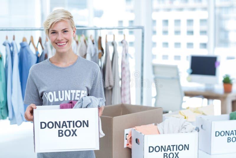 Participation volontaire de sourire une boîte de donations images stock