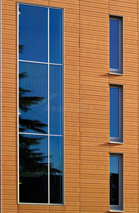 Particolare architettonico dall'edificio per uffici moderno fotografia stock libera da diritti