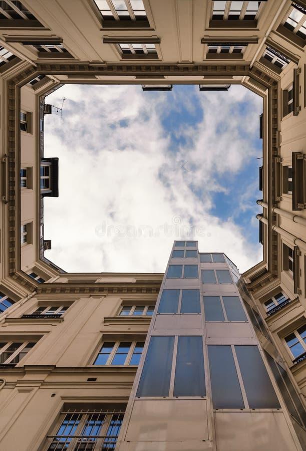 Particolare architettonico Sulla vista della corte interna di una costruzione e del cielo nuvoloso Pareti esterne fotografie stock libere da diritti