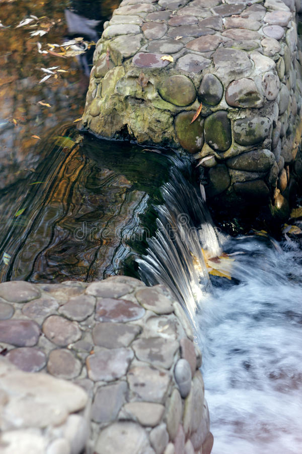 Particolare blu di scorrimento dell'acqua fotografia stock