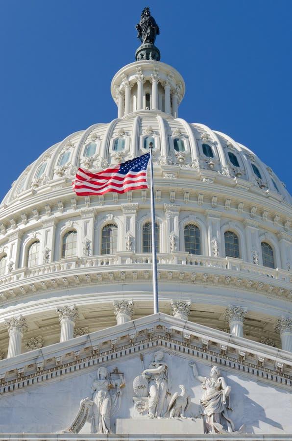 Particolare della cupola degli Stati Uniti Campidoglio con la bandierina degli Stati Uniti sul flagpole - immagini stock libere da diritti