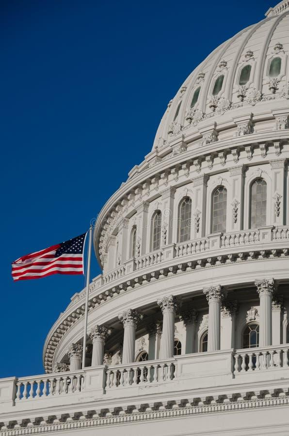 Particolare della cupola degli Stati Uniti Campidoglio con la bandierina degli Stati Uniti sul flagpole - fotografia stock