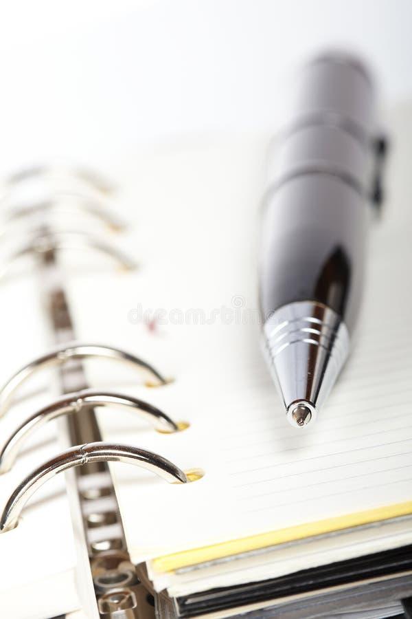 Particolare della penna e dell'ordine del giorno aperto fotografie stock