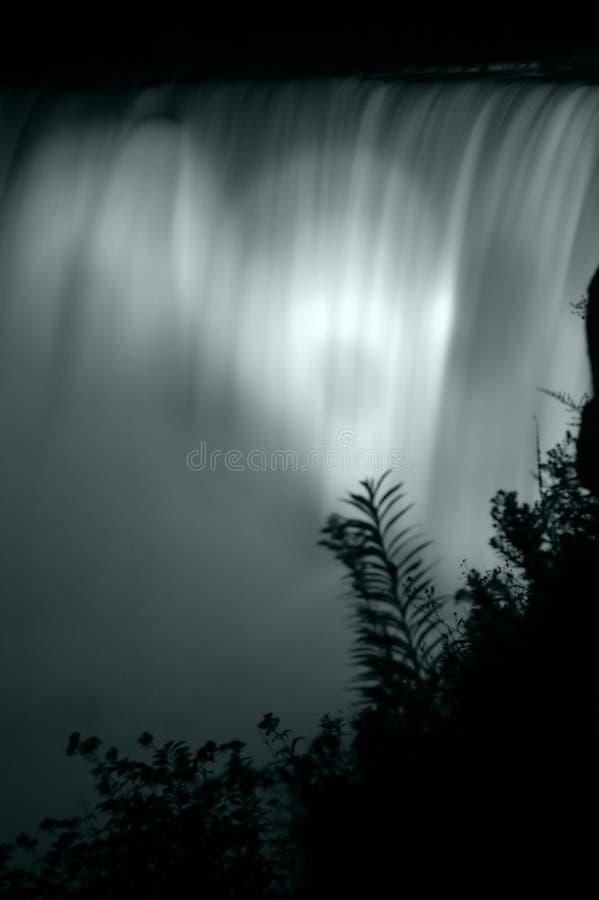 Particolare delle cascate di notte immagine stock