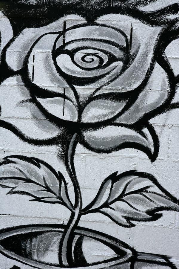 Particolare di rosa in bianco e nero dei graffiti della via immagine stock