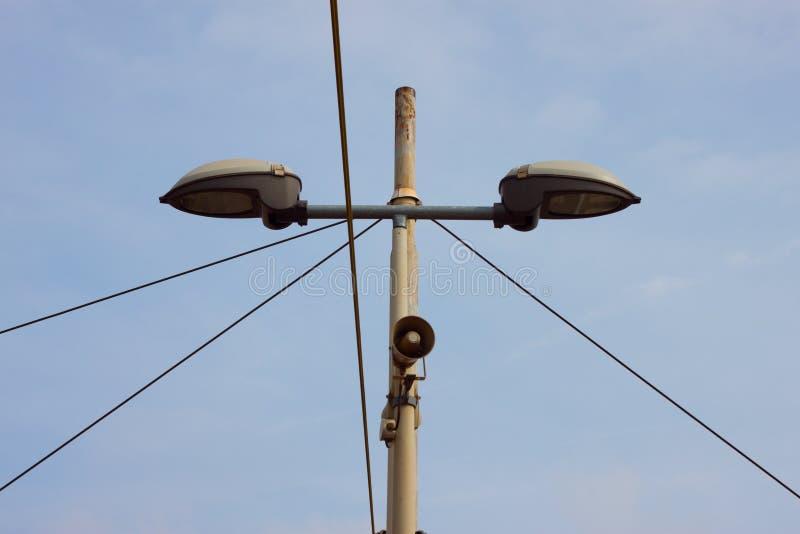 Particolare di un lamppost con un piccolo altoparlante fotografia stock libera da diritti