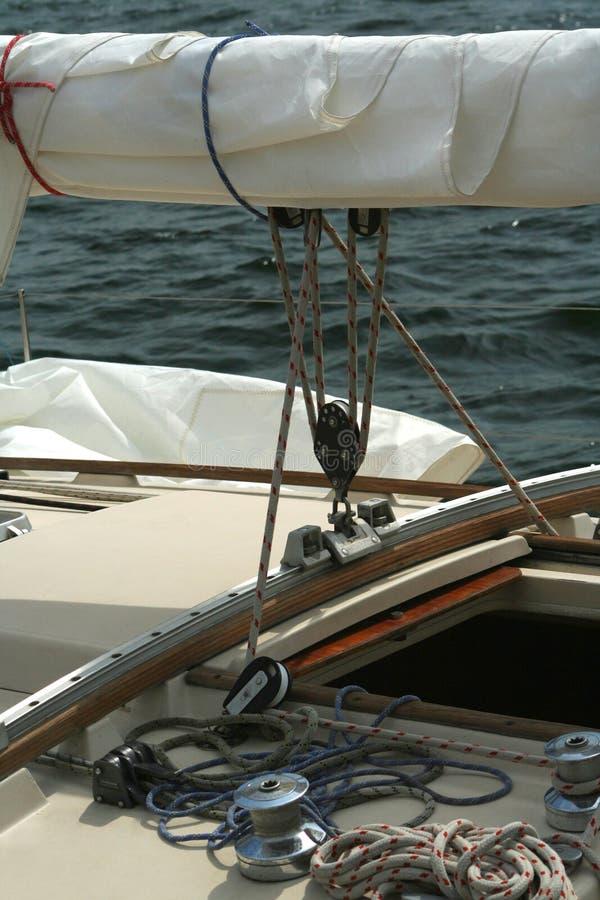 Particolare di un yacht di navigazione. fotografie stock