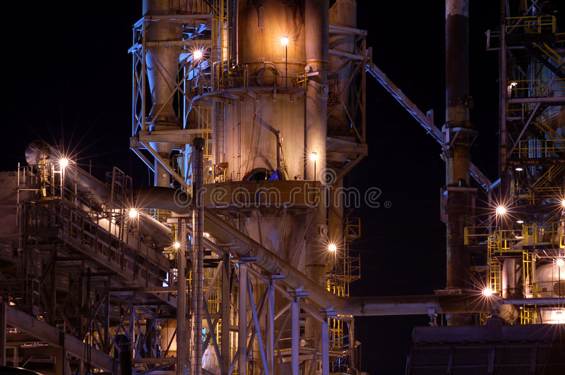 Particolare di una raffineria alla notte 3 fotografie stock libere da diritti