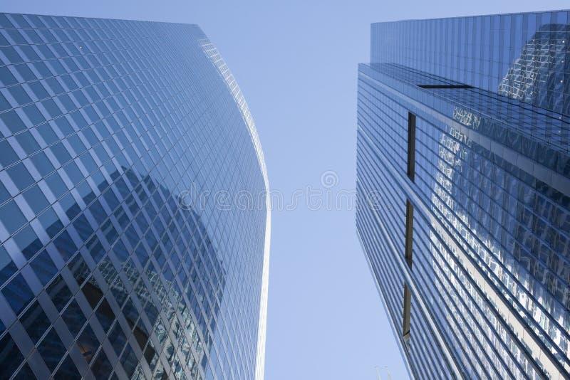 Particolare moderno dell'edificio per uffici di vetro e dell'acciaio fotografia stock libera da diritti