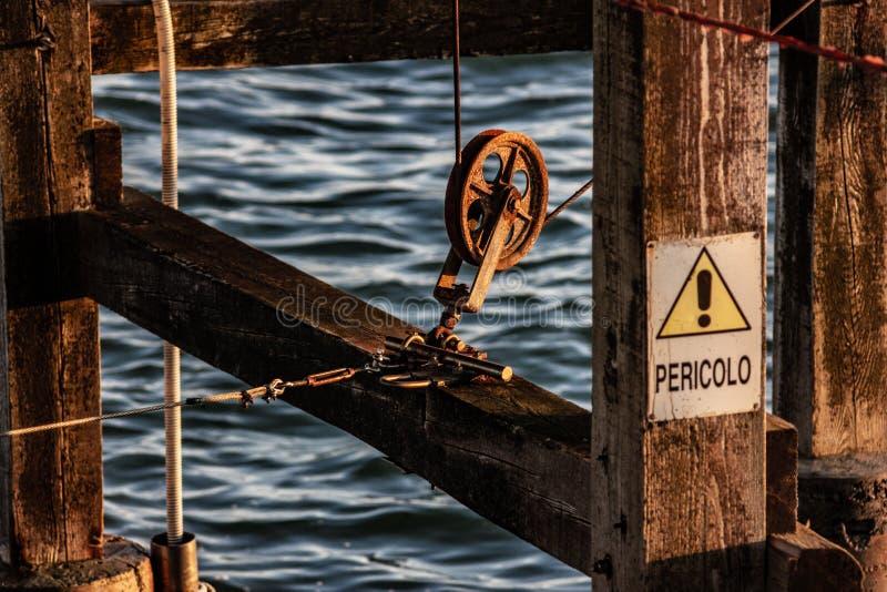 In particolare, puleggia di scala, i pali sono collegati ai motori mediante cavi e pulegge al fine di sollevare la rete pesante fotografie stock libere da diritti