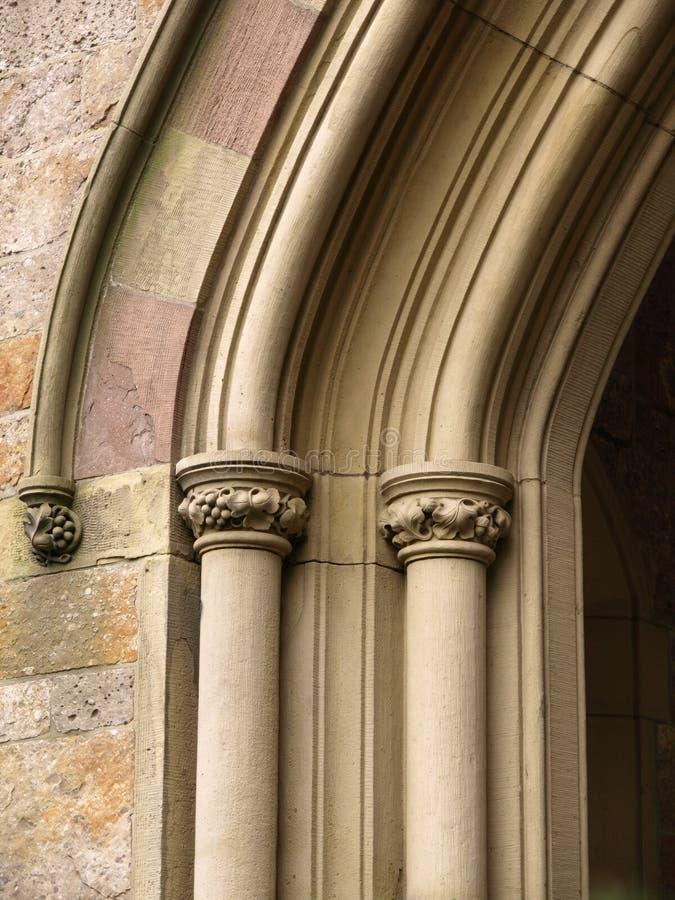 Particolare storico dell'arco della chiesa immagine stock libera da diritti