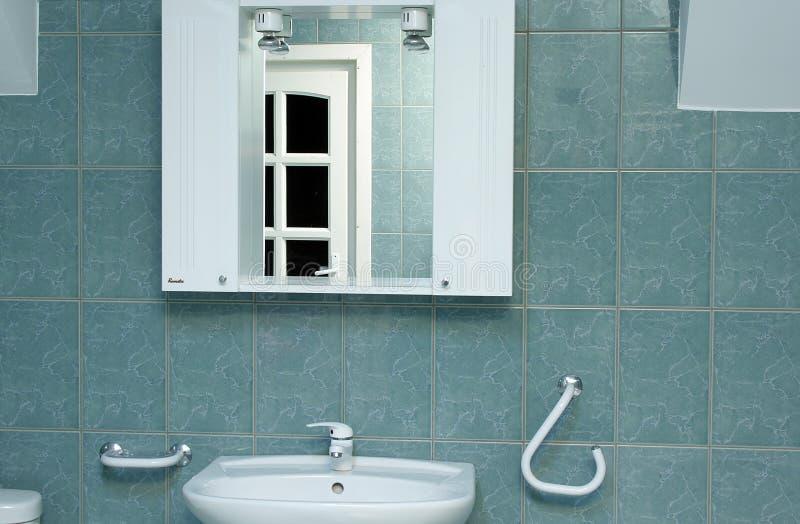 Particolare verde della stanza da bagno con lo specchio fotografie stock libere da diritti