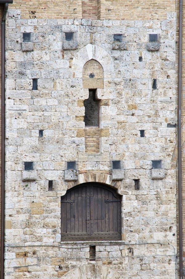 Particolari con il portello di architettura medioevale immagini stock libere da diritti