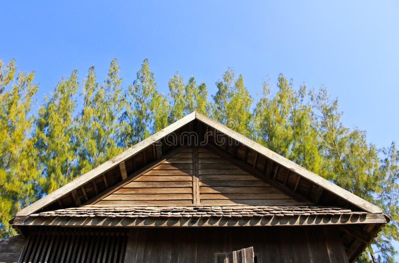 Particolari del tetto di timpano tailandese del sud della casa. fotografie stock libere da diritti