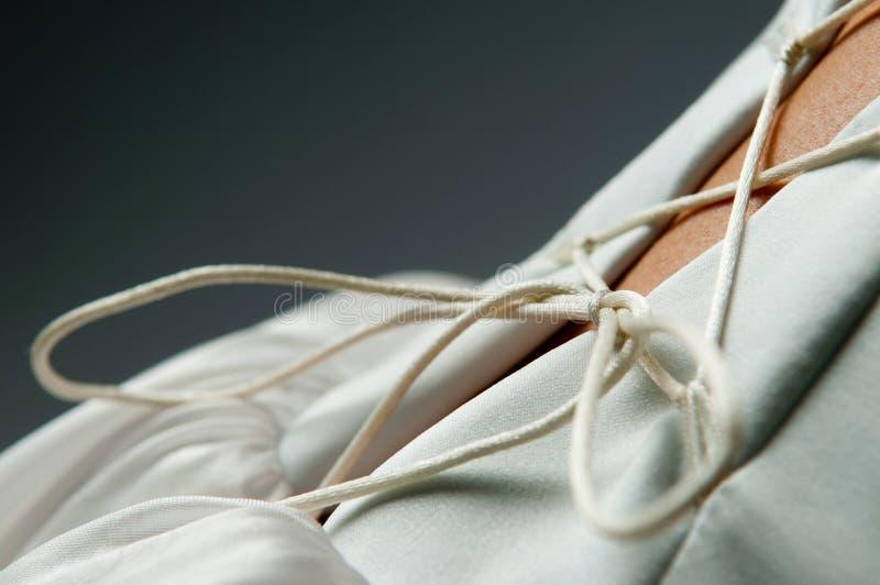 Particolari del vestito da cerimonia nuziale delle spose immagine stock
