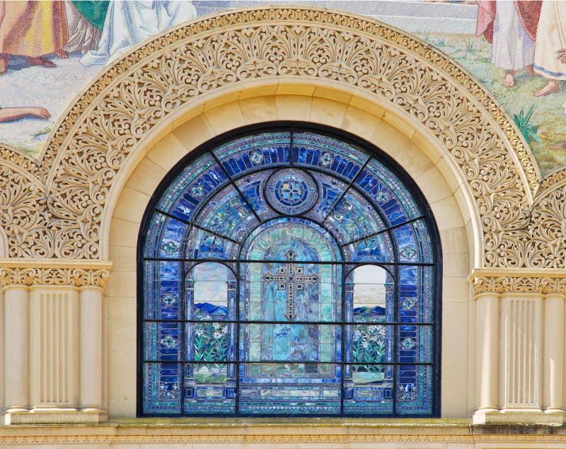 Particolari della pietra che intagliano e finestra di vetro macchiata fotografie stock libere da diritti