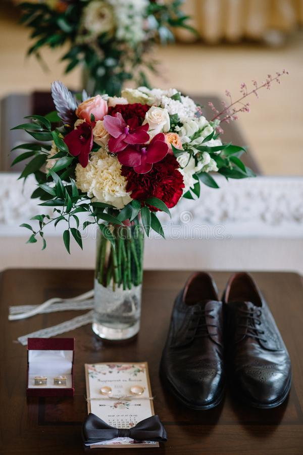Particolari di cerimonia nuziale Accessori dello sposo Scarpe, anelli, cinghia e bowt fotografie stock libere da diritti