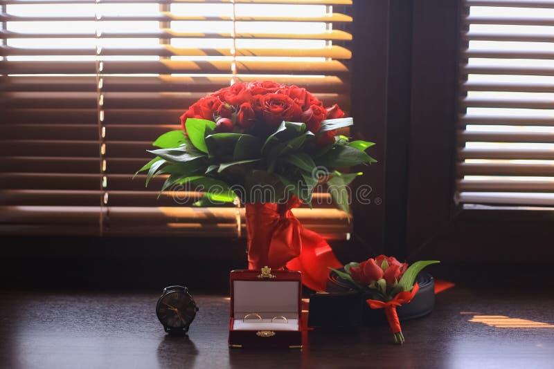 Particolari di cerimonia nuziale Accessori dello sposo Scarpe, anelli, cinghia ed orologio immagini stock libere da diritti