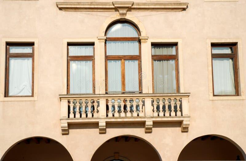 Particularmente a construção antiga que abriga a cidade Hall Conselve no sol na província de Pádua em Vêneto (Itália) fotos de stock