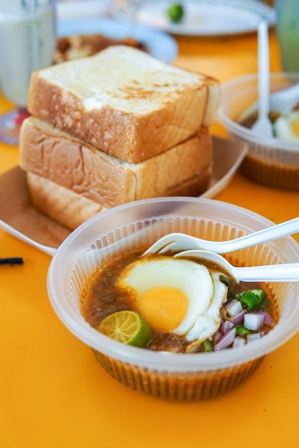 A particulièrement fait le pain grillé avec de la sauce à haricot servie avec l'oeuf, populaire dans l'état de Johor en Malaisie  photographie stock
