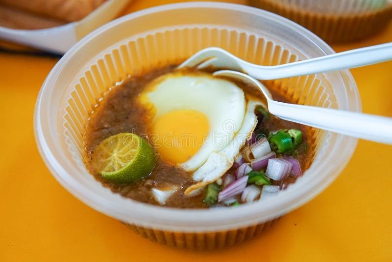 A particulièrement fait le pain grillé avec de la sauce à haricot servie avec l'oeuf, populaire dans l'état de Johor en Malaisie  photographie stock libre de droits